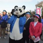 パンダの着ぐるみが登場した稲嶺進氏の出陣式。パンダの右後は伊波洋一氏=1月28日、沖縄県名護市