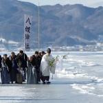 5季ぶり、諏訪湖で「御神渡り」の拝観式