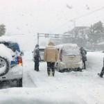 福井で記録的大雪、国道8号で車1500台立ち往生