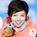 小平奈緒、メダル授与式で金メダルに笑顔