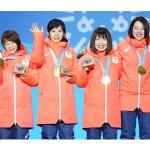 並んだ「金」の笑み、追い抜き団体メダル授与