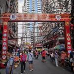 目抜き通りに設置された旧正月を祝う門