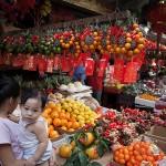 縁起物の赤い封筒と果物