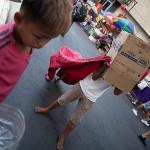 手作りの獅子舞で物乞いをする子供たち