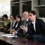 記者会見で翁長知事を批判した平安座唯雄(右から2人目)と徳永信一弁護士(右)=13日午後4時過ぎ、沖縄県庁