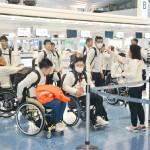 平昌パラリンピックの日本選手団、明るく出発
