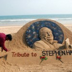 ホーキング博士よ安らかに、砂の彫刻で追悼