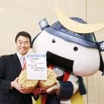 「むすび丸」11歳の誕生会、村井知事がコメ進呈