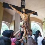 キリスト像に祈りを捧げる信者たち