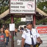 教会の入口には警備員。銃の持ち込みはもちろん禁止