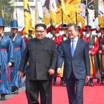 文在寅大統領(右)と金正恩朝鮮労働党委員長