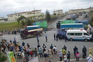 キャンプ・シュワブのゲート前に集まった移設反対派=25日午前10時、沖縄県名護市辺野古 キャンプ・シュワブのゲート前