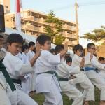 提灯パレードの出発式で空手演武を披露する子どもたち=3月27日、沖縄県那覇市緑ヶ丘公園