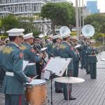 パレード終点の沖縄県庁前では陸上自衛隊の第15旅団音楽隊が演奏した=3月27日、沖縄県庁前