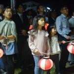 提灯奉迎では小さな子どもたちの姿も目立った=3月27日、沖縄県那覇市奥武山公園