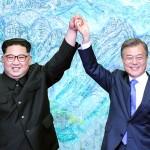 27日、板門店平和の家で「板門店宣言」に署名した文在寅韓国大統領(右)と金正恩朝鮮労働党委員長