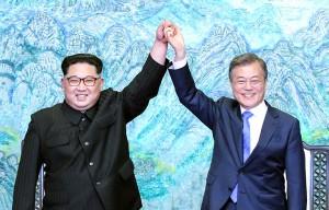 「板門店宣言」に署名した金正恩委員長と文在寅大統領(南北首脳会談プレスセンター提供、2018年4月27日)