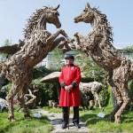 流木の芸術・馬の彫像の前で「はい、ポーズ!」
