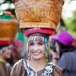ベンゲット州'パナグベンガ・フェスティバル。頭に乗せた作物は自然の恵みへの感謝を現している