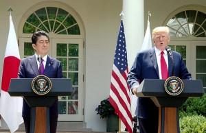 安倍首相(左)とトランプ氏