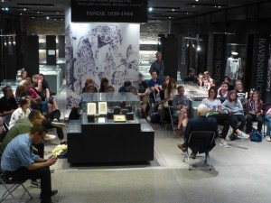 パヴィアク内で戦争体験を語る老人と学生たち