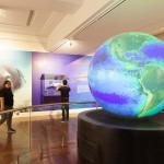 地球儀は球体モニターとなっている