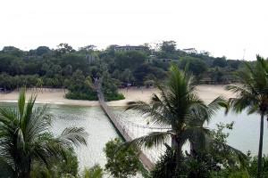 米朝首脳会談が行われるシンガポールのセントーサ島。森林の上に見える建物が会談会場となる「カペラホテル」(早川俊行撮影)