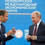 マクロン氏(左)とプーチン氏