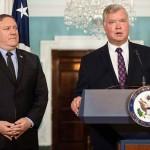 ポンペオ国務長官(左)とスティーブン・ビーガン氏