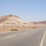 シャルムエル・シェイクへ向かう道の両側は砂漠だ