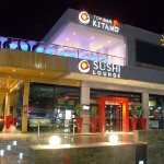 町の中央から車で約20分ほどのところにある娯楽施設付商店街「ソーホー」。正面には寿司屋がみえる