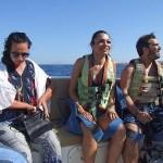 パラセーリング用ボートの中で順番を待つ観光客