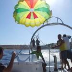 海のリゾート地シャルムエル・シェイクの沖合でパラセーリングを楽しむ