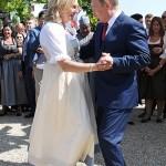 プーチン露大統領、結婚式でダンスを披露