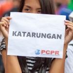 プラカードを掲げる若い女性