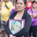 遺影を持って集会にした超法規的殺人の被害者の母親