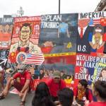 ドゥテルテ大統領を非難する様々なプラカード