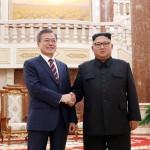 18日午後、首脳会談に臨むため平壌の朝鮮労働党中央委員会本部庁舎で握手を交わす両首脳