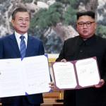 19日午前、平壌の百花園迎賓館で行われた首脳会談後、平壌共同宣言に署名した韓国の文在寅大統領(左)と北朝鮮の金正恩朝鮮労働党委員長