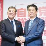 る安倍晋三首相(右)と石破茂元幹事長