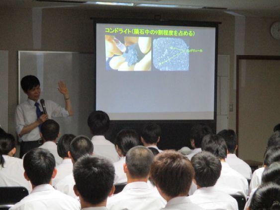 益田高校で講演をする著者