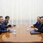 18日午前、平壌の百花園迎賓館で行われた首脳会談。韓国側は文在寅大統領(左端)と徐勲国家情報院長(左から2人目)、北朝鮮側は金正恩朝鮮労働党委員長(右端)と金英哲党副委員長兼統一戦線部長がそれぞれ出席