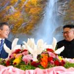 19日、平壌市内のレストラン「玉流館」で昼食をともにする韓国の文在寅大統領(左)と北朝鮮の金正恩朝鮮労働党委員長