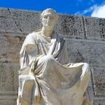 青空に映えるアクロポリスの大理石像