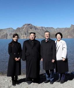文在寅大統領夫妻(右から2人目、右端)と金正恩朝鮮労働党委員長夫妻