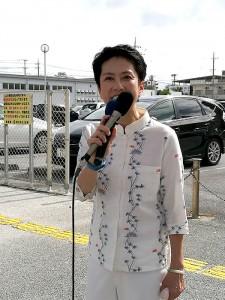 わずかな聴衆を前に街頭演説する蓮舫氏=26日午後、沖縄県宜野湾市