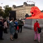 トラファルガー広場に、夕陽に染まるライオン?