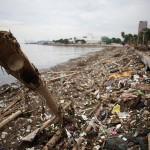 海岸線を埋め尽くすゴミ