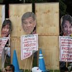 プラカードを掲げて戒厳令に抗議する参加者