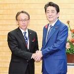 安倍晋三首相(右)と玉城デニー 知 事